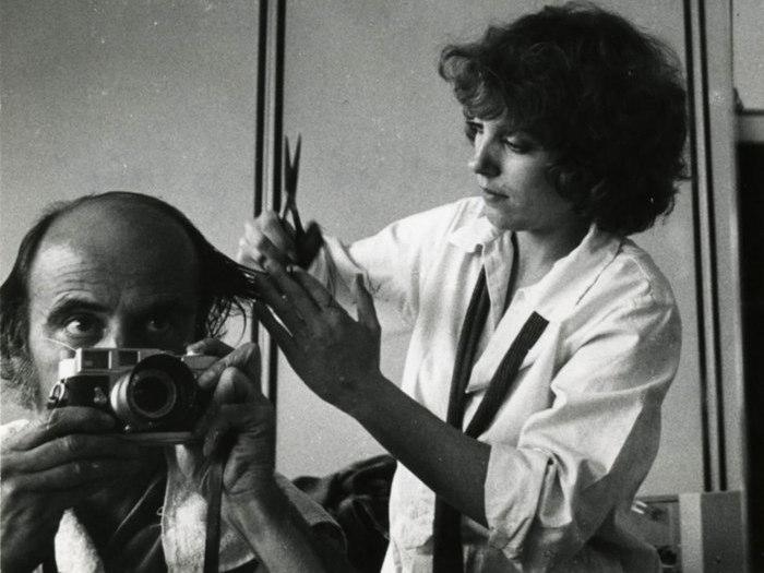 """Autoportrait de Pierre Lhomme sur le tournage de """"Dites-lui que je l'aime"""" de Claude Miller (1977) © Pierre Lhomme"""