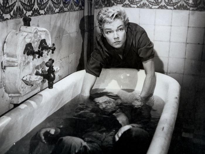 Les histoires aberrantes qui ont été racontées sur la scène de la baignoire relèvent de l'infantilisme ! (Paul Meurisse)