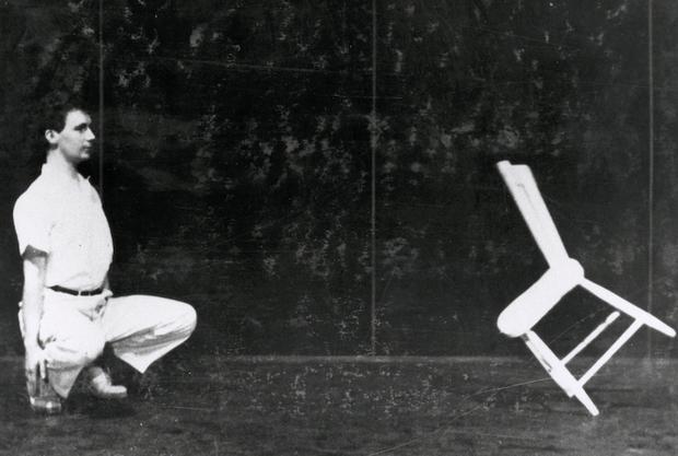 Claude Jutra dans Il était une chaise (détail photographie de plateau)