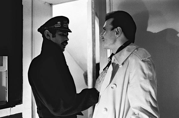 Clémenti est le général Korzacouille et Flash, ici avec le Capitaine Speed (Jean-Pierre Kalfon), dans <em>À l'ombre de la canaille bleue</em> (Pierre Clémenti, 1986). Photo de tournage de Catherine Faux © Catherine Faux