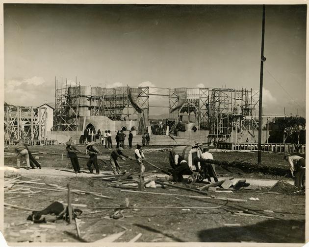 Construction des décors de la cité de cuivre jaune aux studios de la Victorine