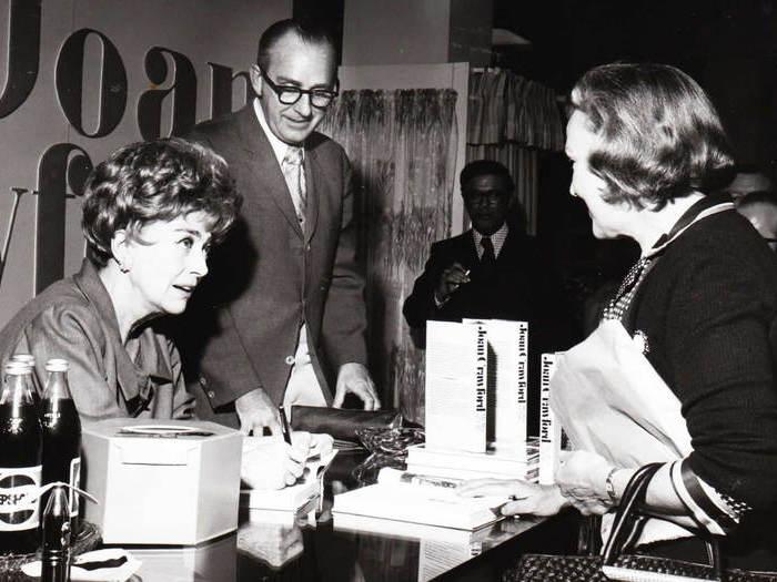Joan Crawford dédicace son autobiographie, en 1971