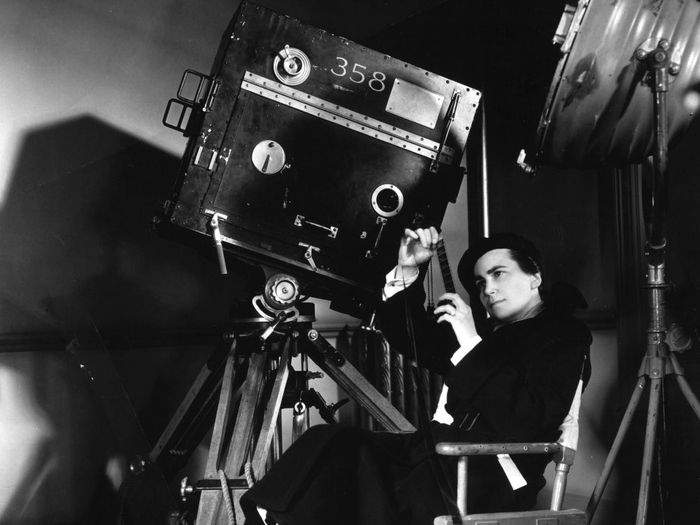 Dorothy Arzner sur le tournage de Merrily We Go To Hell (1932)