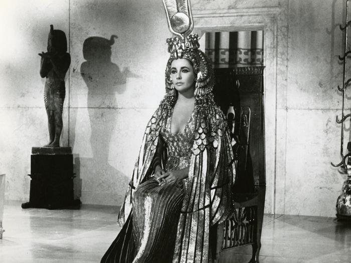 Elizabeth Taylor dans l'un des 65 costumes imaginés pour elle par Irene Sharaff (Photo de promotion, DR)