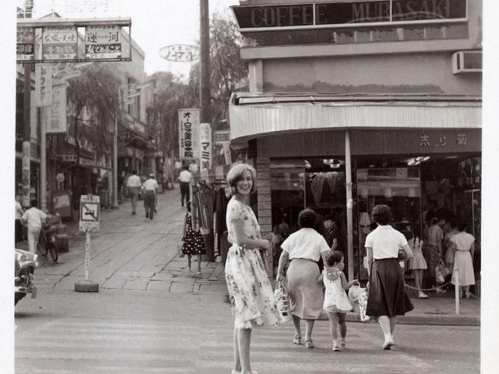 Emmanuelle Riva dans les rues de Tokyo