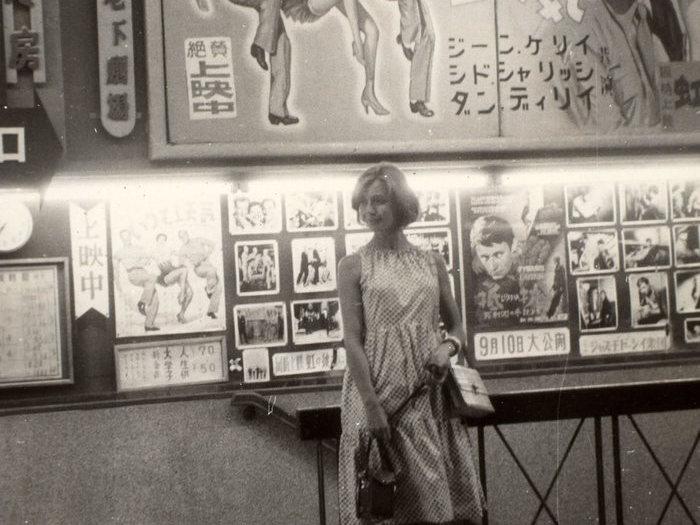 Emmanuelle Riva devant une salle de cinéma