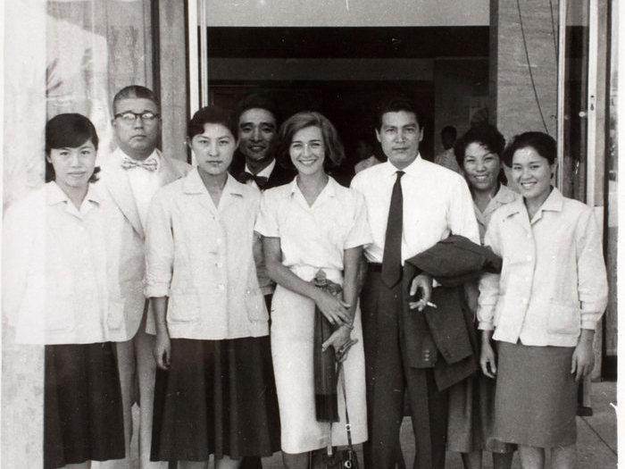 Emmanuelle Riva et Eiji Okada entouré du personnel du Hiroshima hotel