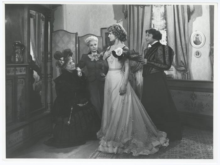 Gaby Morlay, Hélène Pépée et Yvonne de Bray savourent l'éclosion de Danièle Delorme (Gigi). Photo de plateau D.R.