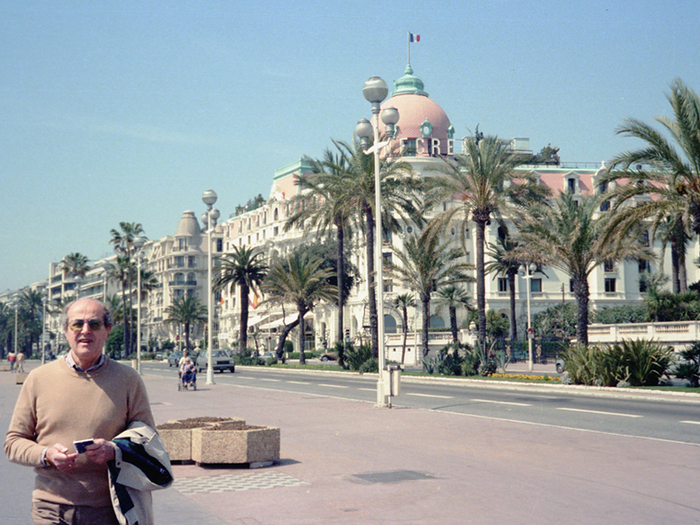 Jeudi 12 avril 1983. Manoel note dans son petit carnet bleu le plan à 360° devant le Negresco