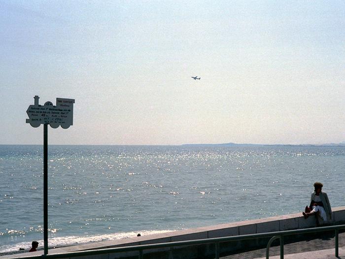 Jeudi 12 avril 1983. Promenade des Anglais : un avion passe