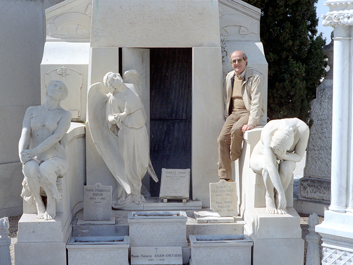 Jeudi 19 avril 1983. Cimetière du Château : Manoel escalade une pierre tombale et prend la pose