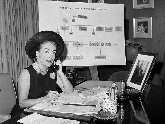 Joan Crawford dans les bureaux de Pepsi