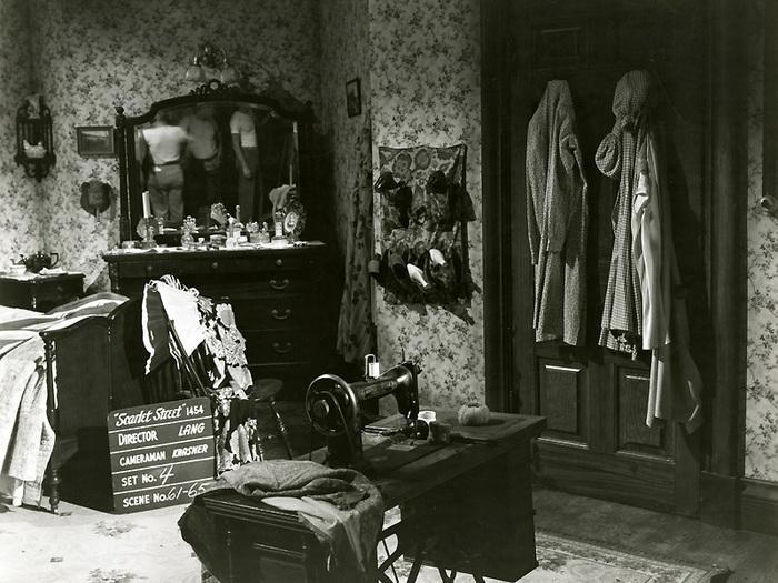 La Rue rouge (Fritz Lang) - Photo de décor avec l'équipe technique dans le miroir
