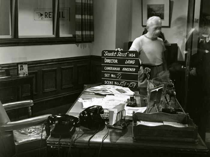 La Rue rouge (Fritz Lang) - Photo de décor où apparaît Edward G. Robinson