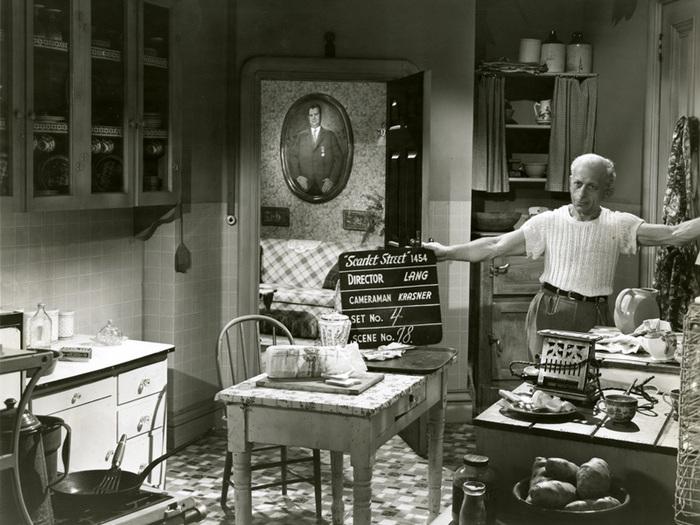 La Rue rouge (Fritz Lang) - Photo de décor avec le technicien chargé du clap