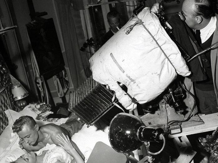 Carné veille sur le couple Roland Lesaffre-Marie Daëms. Photo de tournage de Walter Limot ©André Limot. Cote P503-069