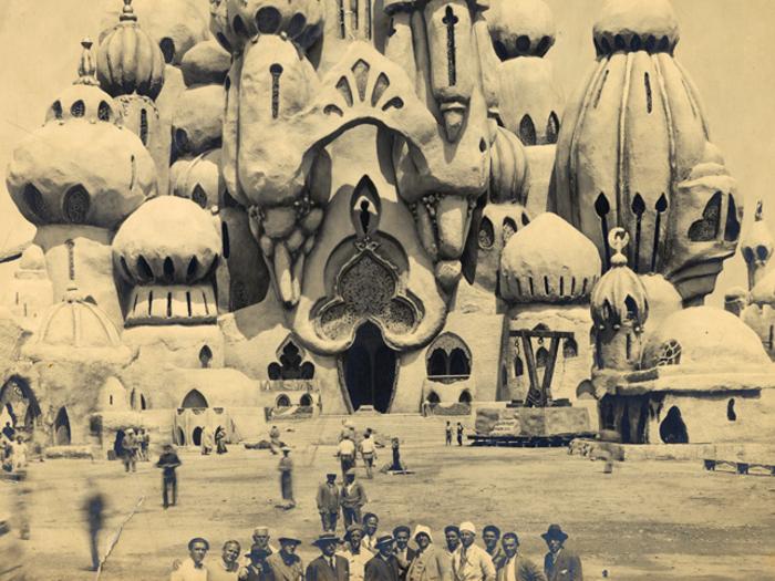 L'équipe devant le décor du palais