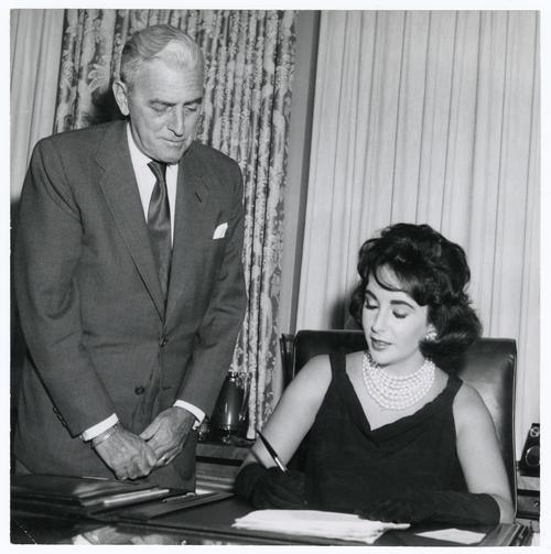 Liz Taylor et Buddy Adler - Signature du contrat de Cléopâtre en octobre 1959 (Photo de promotion/DR)