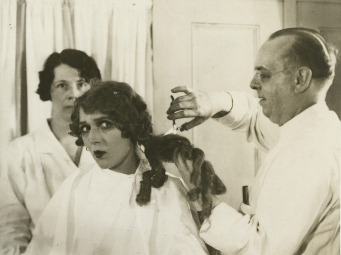 Mary Pickford chez le coiffeur