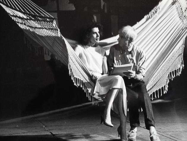 Michel Deville « accompagne » Fanny Ardant sur le tournage du Paltoquet. Photo Catherine Pistre © Éléfilm. [DEVILLE541 B42]
