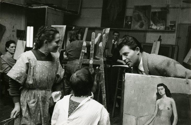 Préparation au tournage: Gérard Philipe assiste à un cours de dessin