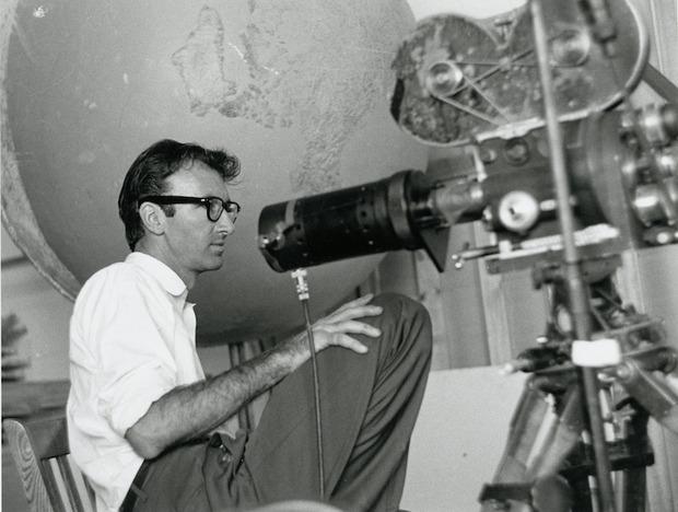 Norman McLaren et sa caméra Bell & Howell 35 mm transformée en tireuse, permettant de rephotographier des films peints.