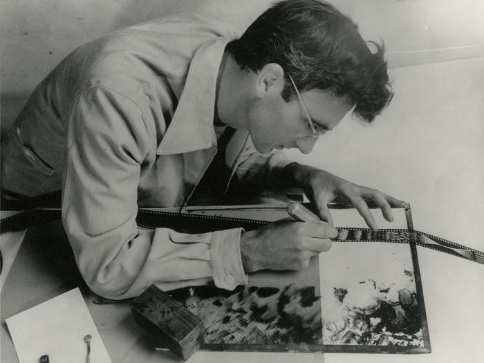 Norman McLaren peint, gratte, image après image, à même la pellicule 35mm © Norman McLaren, Coll. Cinémathèque française