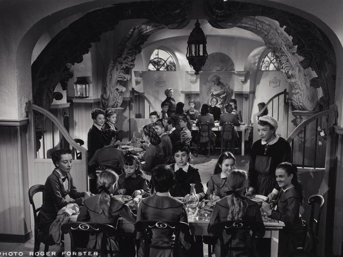 Professeures et pensionnaires partagent les repas mitonnés par Victoire (Yvonne de Bray).Photo de plateau, Roger Forster © ADAGP, Paris, 2019