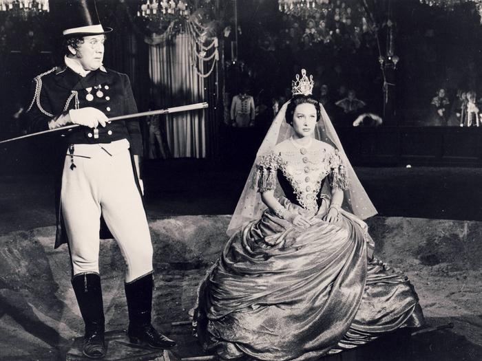 """Peter Ustinov et Martine Carol sur le tournage de """"Lola Montès"""""""