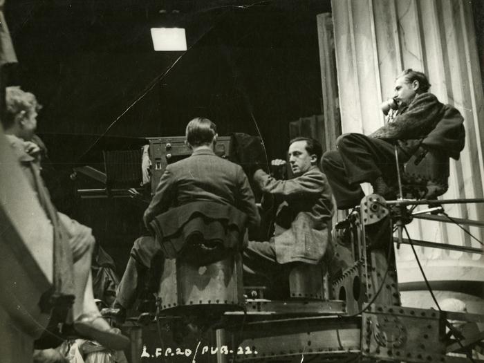 Photographie de tournage de I, Claudius : Charles Laughton (en costume à gauche), à la caméra Georges Périnal et son assistant Robert Krasker (de dos), Josef von Sternberg (à gauche).