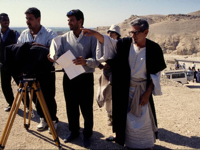 Photographie de tournage «Le Destin» (1996) © Photo Lara Baladi (Youssef Chahine dirige le tournage en costume car il joue dans le film)