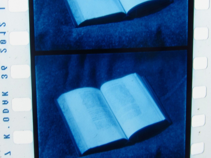 Le plan de livre viré en bleu : ton Kniha