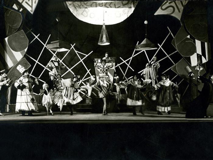 """Théâtre Proletkul, Mosou, 1921 : Eisenstein fut décorateur, costumier et co-metteur en scène de la pièce """"Le Mexicain"""" d'après Jack London."""