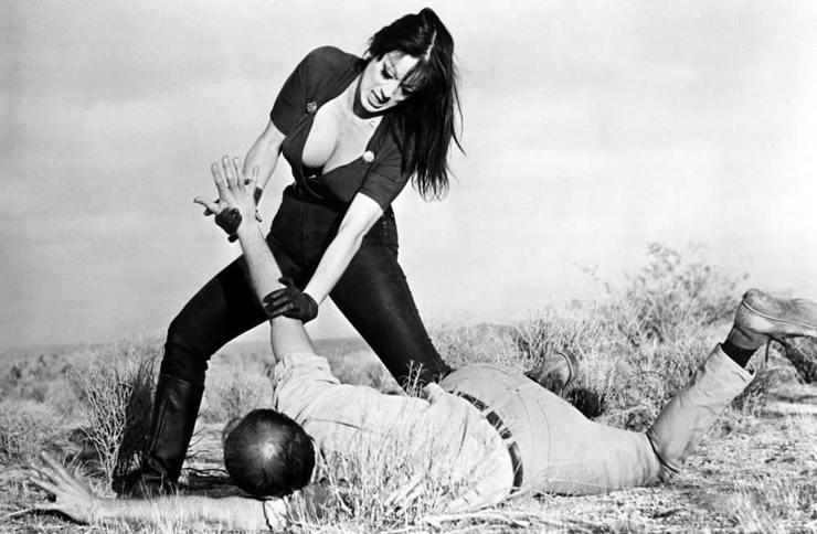 "Tura Santana dans ""Faster, Pussycat! Kill! Kill!"" (1965)"