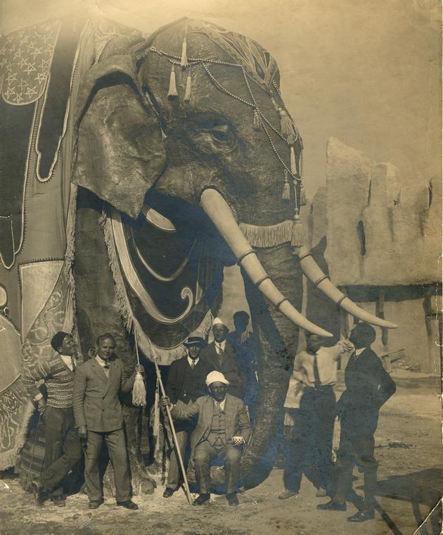 Volkoff sur l'élephant en carton-pâte lors du tournage de Shéhérazade à la Victorine.