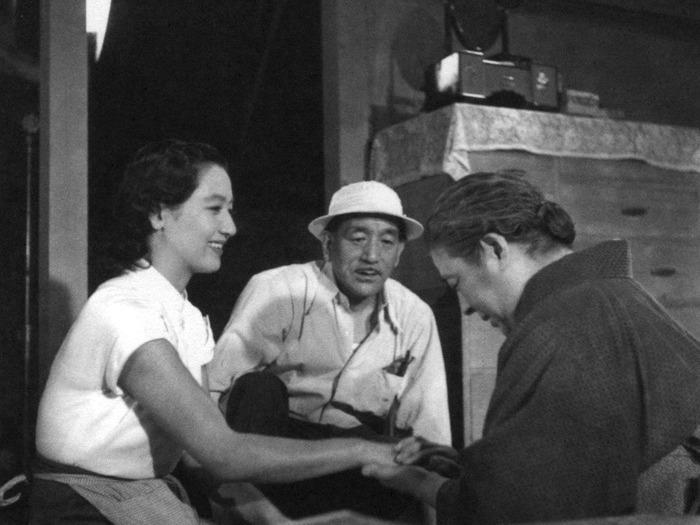 Yasujiro Ozu dirigeant ses comédiens