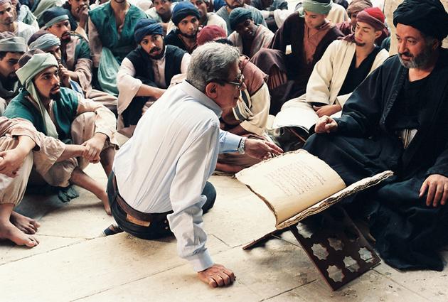 Youssef Chahine avec Nour El-Sherif (Averroès) sur le tournage du film Le Destin (1996). © Photo Michel Y. El Esta