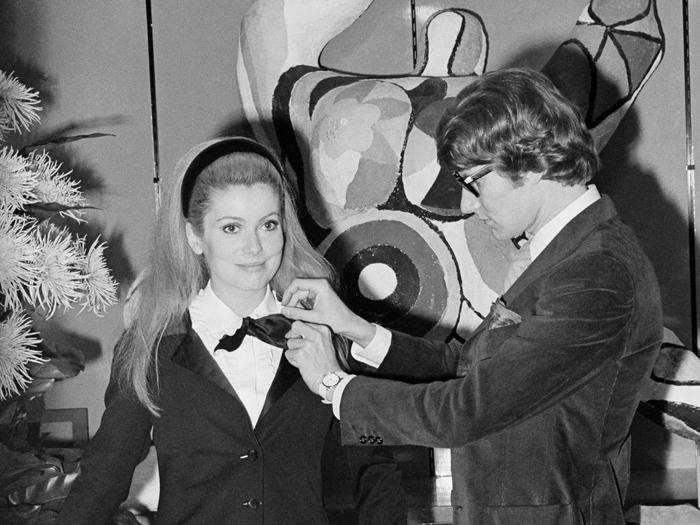 Catherine Deneuve et Yves Saint Laurent en 1966