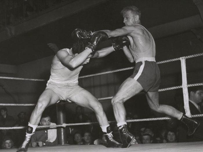 André Ménard sur le ring, face à l'authentique champion de France poids légers Séraphin Ferrer. Photo de plateau de Walter Limot ©André Limot. Cote P124-097