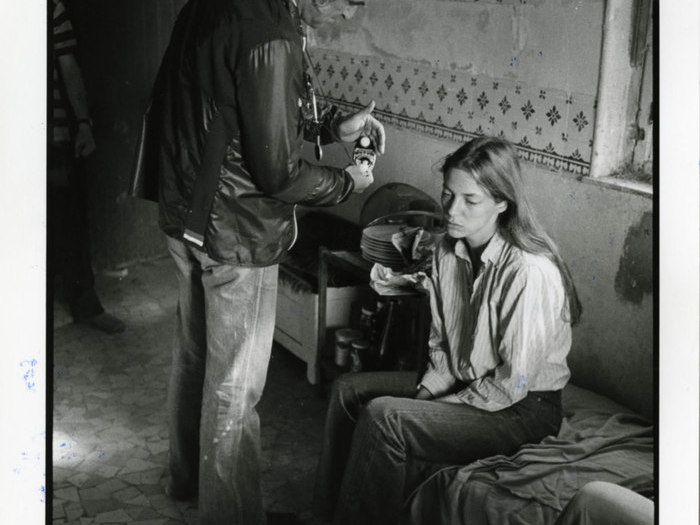 """Pierre Lhomme mesure la lumière devant Jane Birkin sur le tournage de """"La Fille prodigue"""" de Jacques Doillon (1980) © Eric Dumage"""