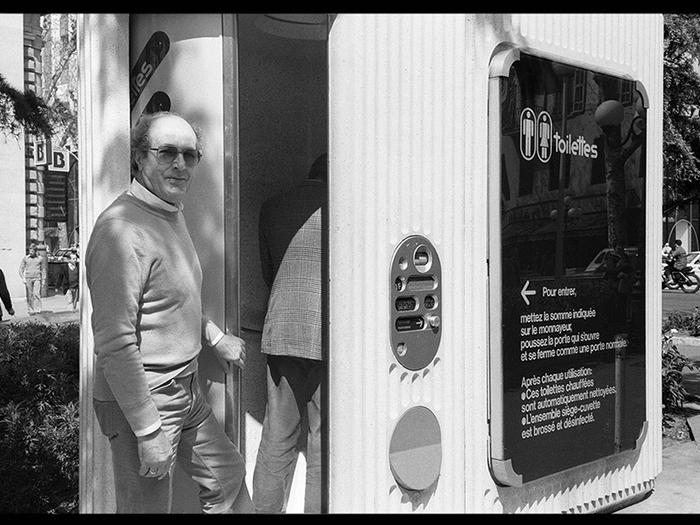 Lundi 16 avril 1983. Devant des toilettes automatiques. Nous pissons à tour de rôle en bloquant la porte pour ne pas payer chaque fois
