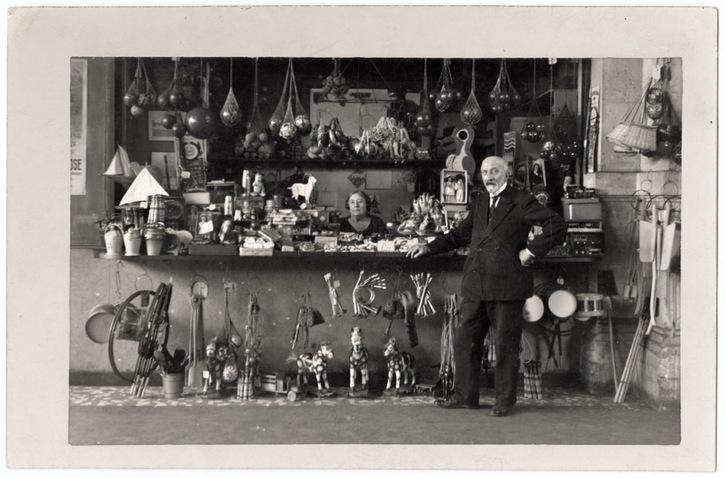 Georges Méliès et Jehanne d'Alcy dans leur boutique de la Gare Montparnasse