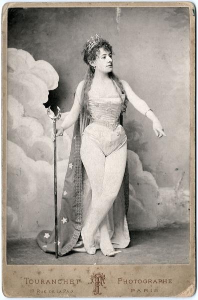 Jehanne d'Alcy dans Les Farces de la Lune