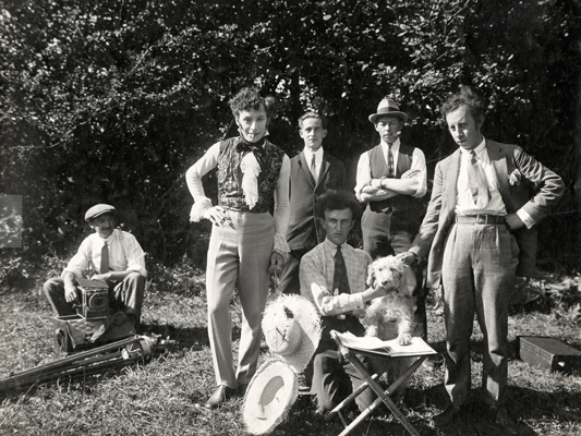 Les Aventures de Robert Macaire- Jean Epstein- 1925 -Collections La Cinémathèque françaisePhotographie de tournage (non signée), Jean Epstein est assis au centre.