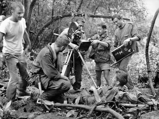 La 317ème section photo de tournage - Pierre Schoendoerffer - 1964 - Collections La Cinémathèque française © Studio Canal